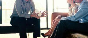 assessor em reunião com clientes