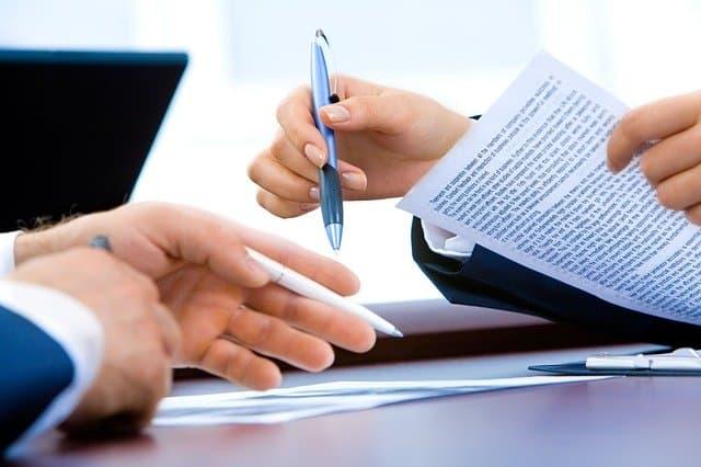 duas pessoas assinando um contrato